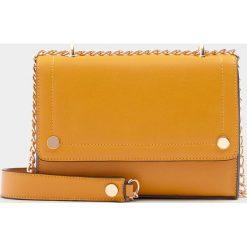 Musztardowa torebka na ramię z ćwiekami. Brązowe torebki klasyczne damskie Pull&Bear. Za 59,90 zł.