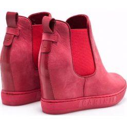 Carinii - Botki. Różowe buty zimowe damskie marki Carinii, z materiału, z okrągłym noskiem, na koturnie. W wyprzedaży za 199,90 zł.