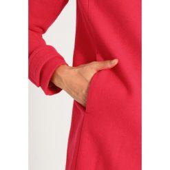 Benetton Krótki płaszcz pink. Czerwone płaszcze damskie wełniane marki Benetton. W wyprzedaży za 349,30 zł.
