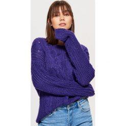 Sweter z warkoczowym splotem - Fioletowy. Fioletowe swetry klasyczne damskie marki Cropp, l, ze splotem. Za 79,99 zł.