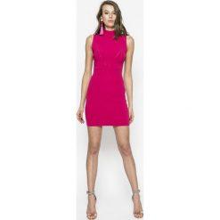 Guess Jeans - Sukienka Kate. Różowe sukienki dzianinowe marki Guess Jeans, na co dzień, l, z aplikacjami, casualowe, mini, dopasowane. W wyprzedaży za 269,90 zł.