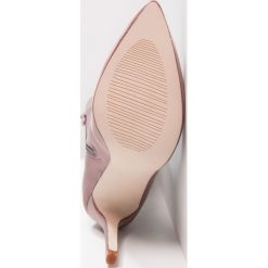 BEBO Kozaki na obcasie purple. Fioletowe buty zimowe damskie BEBO, z materiału, na obcasie. W wyprzedaży za 149,50 zł.