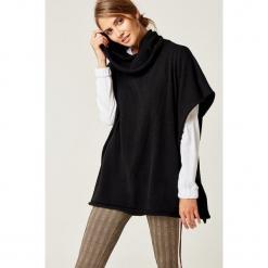 Sweter w kolorze czarnym. Czarne swetry klasyczne damskie marki SCUI. W wyprzedaży za 159,95 zł.