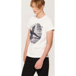 T-shirt z fotonadrukiem - Kremowy. Białe t-shirty męskie marki House, l. W wyprzedaży za 29,99 zł.