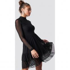 Luisa Lion x NA-KD Siateczkowa sukienka z falbanką - Black. Czarne sukienki na komunię Luisa Lion x NA-KD, z materiału, z falbankami. Za 202,95 zł.