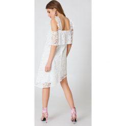 NA-KD Boho Koronkowa sukienka z odkrytymi ramionami - White. Niebieskie sukienki asymetryczne marki NA-KD Boho, na imprezę, w koronkowe wzory, z koronki, boho, na ramiączkach, mini. W wyprzedaży za 60,89 zł.