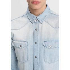 Nudie Jeans JONIS Koszula denim. Niebieskie koszule męskie jeansowe marki Nudie Jeans, m. Za 539,00 zł.