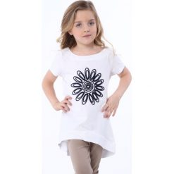 Tunika z kwiatem biała NDZ8210. Szare sukienki dziewczęce marki Fasardi. Za 39,00 zł.