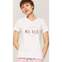 Piżamy damskie: T-shirt piżamowy z nadrukiem – Biały