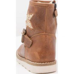 Pinocchio Botki mid brown. Brązowe buty zimowe damskie Pinocchio, z materiału. W wyprzedaży za 251,40 zł.