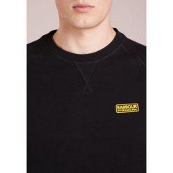 Barbour International™ ESSENTIAL CREW  Bluza black. Czarne bluzy męskie Barbour International™, m, z bawełny. Za 379,00 zł.