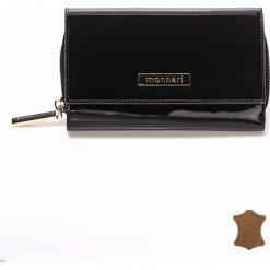 Lakierowany, skórzany portfel 16cm x10cm. Czarne portfele damskie marki Monnari, z lakierowanej skóry, lakierowane. Za 99,50 zł.