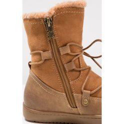 XTI Kozaki sznurowane camel. Brązowe buty zimowe damskie marki Xti, z materiału, na wysokim obcasie. W wyprzedaży za 148,85 zł.