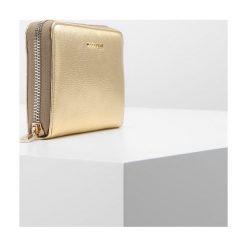 Coccinelle WALLET ZIP ARROUND LARGE Portfel platino. Czarne portfele damskie marki Coccinelle. Za 599,00 zł.