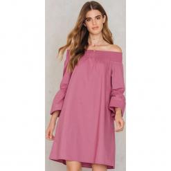 NA-KD Boho Sukienka z odkrytymi ramionami i wiązaniem z tyłu - Pink,Purple. Niebieskie sukienki boho marki NA-KD Boho, na imprezę, w koronkowe wzory, z koronki, na ramiączkach, mini. W wyprzedaży za 38,99 zł.