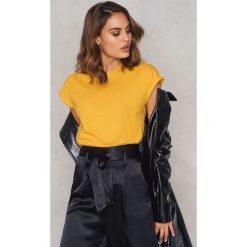 Rut&Circle Klasyczny T-shirt Ellen - Yellow. Żółte t-shirty damskie Rut&Circle, z klasycznym kołnierzykiem. Za 80,95 zł.