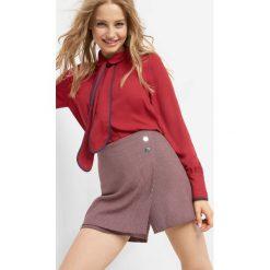 Asymetryczne spodenki. Czerwone spódniczki marki Orsay, w geometryczne wzory, z elastanu, z podwyższonym stanem. W wyprzedaży za 50,00 zł.