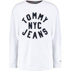 Tommy Jeans ESSENTIAL GRAPHIC CREW Bluza classic white. Białe kardigany męskie Tommy Jeans, l, z bawełny. Za 349,00 zł.