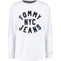 Swetry męskie: Tommy Jeans ESSENTIAL GRAPHIC CREW Bluza classic white