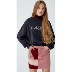 Patchworkowa spódnica ze sztruksu. Czerwone spódniczki jeansowe Pull&Bear. Za 99,90 zł.