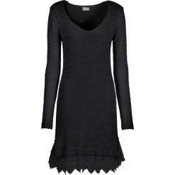 Sukienka dzianinowa z koronkowymi falbanami bonprix czarny. Czarne sukienki dzianinowe bonprix, z dekoltem w serek. Za 169,99 zł.