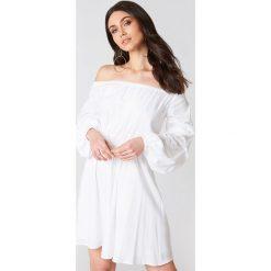 Hannalicious x NA-KD Sukienka z odkrytymi ramionami - White. Niebieskie sukienki na komunię marki Reserved, z odkrytymi ramionami. W wyprzedaży za 48,59 zł.