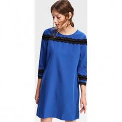 Sukienka z koronkową aplikacją - Niebieski. Niebieskie sukienki koronkowe marki Reserved, z aplikacjami. Za 79,99 zł.