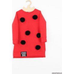 Sukienka dresowa z pomponami. Czerwone sukienki dziewczęce z falbanami Pakamera, w kolorowe wzory, z dresówki, z długim rękawem, długie. Za 119,00 zł.