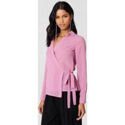 NA-KD Kopertowa koszula szyfonowa - Pink. Różowe koszule wiązane damskie marki NA-KD, z poliesteru, z kopertowym dekoltem. Za 80,95 zł.
