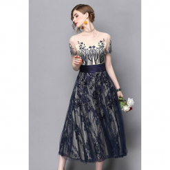 Sukienka w kolorze kremowo-niebieskim. Białe sukienki na komunię marki Zeraco, z dekoltem na plecach, midi. W wyprzedaży za 299,95 zł.