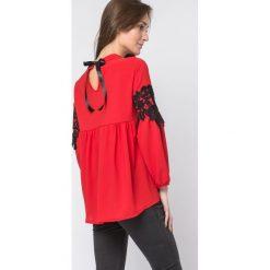 BLUZKA Z NASZYTĄ KORONKĄ CZERWONA. Czerwone bluzki koronkowe Yups, uniwersalny, ze stójką, z długim rękawem. Za 59,99 zł.
