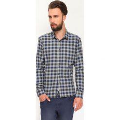 KOSZULA DŁUGI RĘKAW MĘSKA. Szare koszule męskie marki Top Secret, eleganckie, z chokerem. Za 39,99 zł.