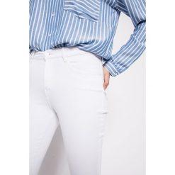 Wrangler - Jeansy Crop White. Szare jeansy damskie rurki marki Wrangler, na co dzień, m, z nadrukiem, casualowe, z okrągłym kołnierzem, mini, proste. W wyprzedaży za 199,90 zł.