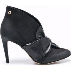 Carinii - Botki. Czarne buty zimowe damskie Carinii, z materiału, z okrągłym noskiem, na obcasie. W wyprzedaży za 219,90 zł.