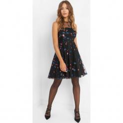 Rozkloszowana sukienka z haftem. Czarne sukienki koktajlowe marki Orsay, na imprezę, z haftami, z bawełny, z okrągłym kołnierzem, dopasowane. Za 219,99 zł.