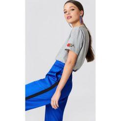 NA-KD T-shirt Rose Sleeve Embroidery - Grey. Szare t-shirty damskie NA-KD, z bawełny, z okrągłym kołnierzem. Za 60,95 zł.