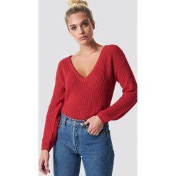 NA-KD Sweter z głębokim dekoltem V - Red. Czerwone swetry klasyczne damskie NA-KD, dekolt w kształcie v. Za 121,95 zł.