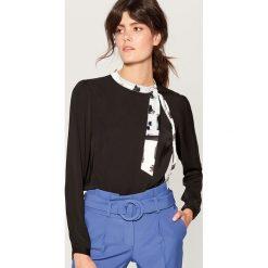 Koszula z wiązaniem na dekolcie - Czarny. Czarne koszule wiązane damskie marki Mohito. Za 99,99 zł.