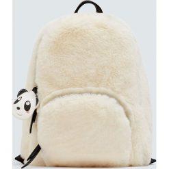 Kremowy plecak ze sztucznego futerka z pandą. Białe plecaki damskie Pull&Bear. Za 159,00 zł.