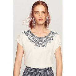 T-shirt z ozdobnym dekoltem - Kremowy. Białe t-shirty damskie marki Reserved, m. W wyprzedaży za 34,99 zł.