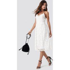 NA-KD Party Koronkowa sukienka - White. Białe sukienki koronkowe marki NA-KD Party, na imprezę, midi. Za 202,95 zł.