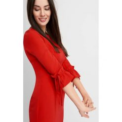 Sukienki balowe: Sukienka z falbanami przy rękawach