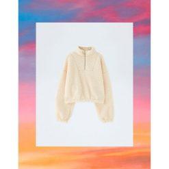Bluza ze sztucznego baranka Pull&Bear by Rosalía. Różowe bluzy damskie Pull&Bear. Za 139,00 zł.