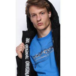 Czarna Kurtka All Things Go. Czarne kurtki męskie pikowane marki Born2be, m, z nadrukiem, z dresówki, z kapturem. Za 179,99 zł.