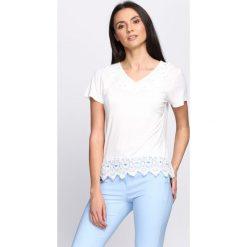 Biała Bluzka In My Heart. Białe bluzki damskie Born2be, l, dekolt w kształcie v, z krótkim rękawem. Za 49,99 zł.