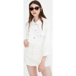 Biała spódnica jeansowa. Białe spódniczki jeansowe marki Pull&Bear. Za 69,90 zł.