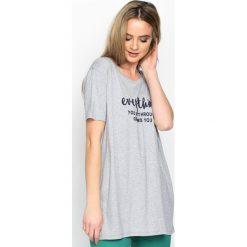 Szary T-shirt Influencer. Szare bluzki nietoperze Born2be, m, z napisami, z okrągłym kołnierzem, z krótkim rękawem. Za 39,99 zł.