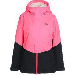 Oakley SHOWCASE  Kurtka snowboardowa neon coral. Czerwone kurtki damskie narciarskie Oakley, m, z materiału. W wyprzedaży za 951,20 zł.