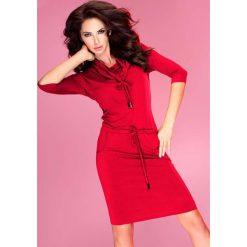 Czerwona Sukienka Ołówkowa z Golfem Wiązana w Pasie. Czerwone sukienki na komunię marki Molly.pl, na co dzień, l, z tkaniny, sportowe, z golfem, z długim rękawem, ołówkowe. Za 119,90 zł.