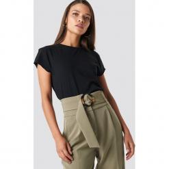 NA-KD Basic T-shirt z surowym wykończeniem - Black. Czarne t-shirty damskie NA-KD Basic, z bawełny, z okrągłym kołnierzem. Za 52,95 zł.